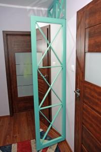 Szafa z drzwiami ażurowymi z lustrem.