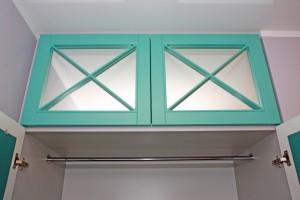 Szafa z drzwiami ażurowymi z lustrem - podgląd wnętrza