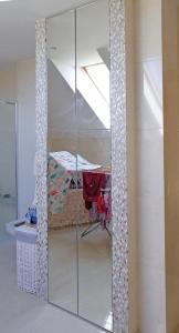 Drzwiczki szklane, bezramkowe - zabudowa łazienki
